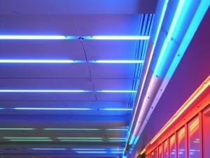Jak samodzielnie zamontować dekoracyjne oświetlenie punktowe na suficie?
