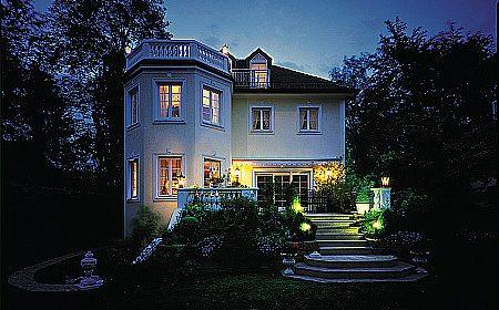 Dom oświetlony od zewnątrz